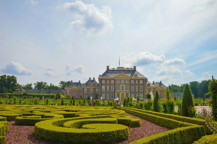 Paleis Het Loo Paleis Het Loo Loo Palace Reinessance Garden Architecture Apeldoorn Built Structure Holland Nederland Royal Royal Building Sky Cloud - Sky Famous Place History Outdoors Hedge Façade Footpath