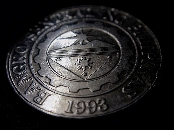 Coin Peso Philippine Peso Money One Peso Currency Black Head Or Crown Shadow Silver Coin Focus