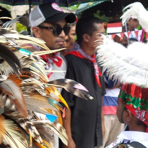 PulangNegri disambut pasukan cakalele, anak negeri Hulaliu, Haruku. Maluku