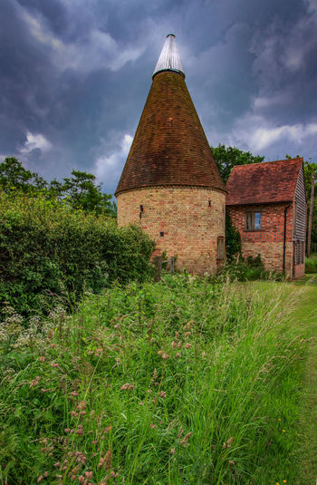 Oast House,Garden of England, Kent, England. Plant Nature No People Built Structure Architecture Building Exterior Outdoors Building Hops Beer Brewing Travel Destinations Tourism Caravan Rural Scene Countryside EyeEm Gallery Vivid International Getty Images Architecture Iconic Buildings Grass Cloud - Sky Sky Field Land Day Growth Green Color Landscape History The Past House
