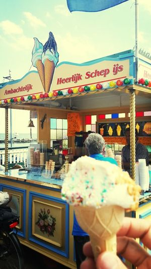 Enjoying Lifevolendam ice cream