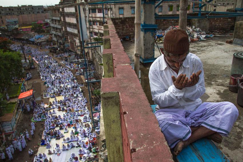 A attending namaj from rooftop on EID where thousands have gathered on the auspicious day. #Madina #makkah #muslim Eid Mubarak Eid Ul Fitar India Kolkata NAMAJ Eid Islam Muslim