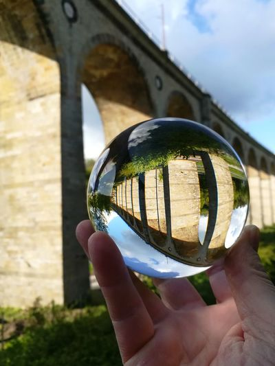 Glaskugelfotografie. im fokus viadukt in altenbeken