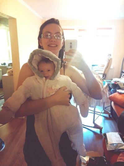 дочь примеряет комбез, который весьма велик That's Me Babygirl