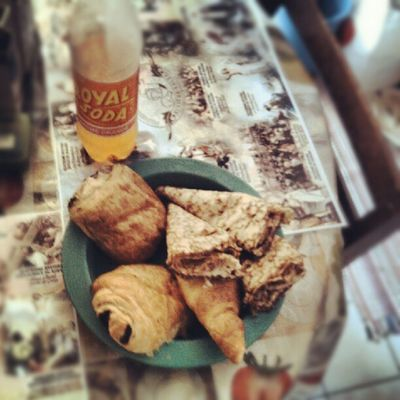 Instago ûter InstaAprem deux pains aux chocolat, un croissant, 3 crêpes vanillés et un royal soda.