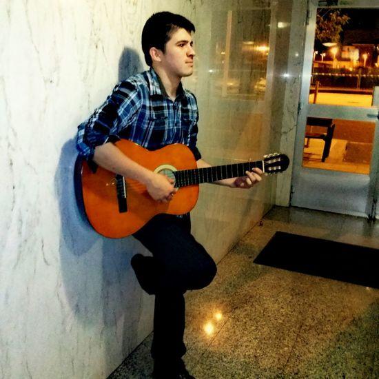 Relaxing Model DiosesBueno Oh Que Guapo ;P #guitarra
