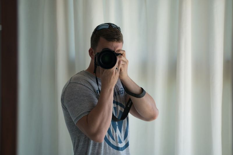 Photographer's Selfie EyeEmNewHere VW Athletic Man Sony Camera Lens Shoulder Forearm Arms Muscle Photographer Selfie Curtain Waist Up Standing One Person Home Interior Casual Clothing Young Adult Indoors  Adult Day Real People People First Eyeem Photo