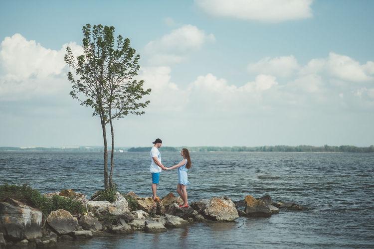 💏 Fujifilm Fujifilm_xseries Xpro2 The Week on EyeEm Love Couple Sea Togetherness Full Length Friendship Bonding Tree Beach Men Happiness Women Idyllic Horizon Over Water Lakeside