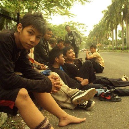 Momen dan hari yang sama .. setelah seharian menuju tempat-tempat bersejarah kami lelah dan butuh kesegaran angin sore di pos terakhir (monumen perjuangan Bandung) Bandung Cihog Monumen SORE