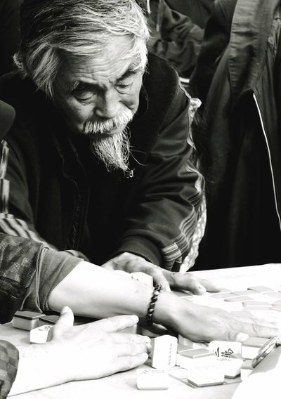 Old Man Playing People Close-up Sitting Men Senior Adult Human Hand One Man Only The Portraitist - 2017 EyeEm Awards China China Photos Chinese People This Is Aging