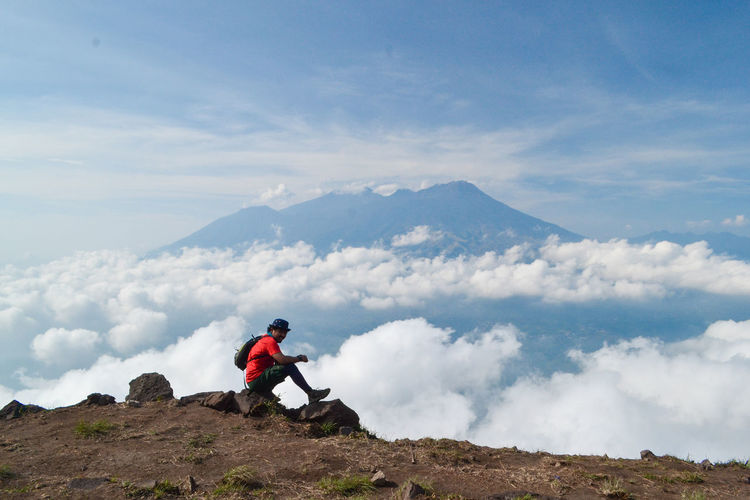 Mountain Sky Leisure Activity Cloud - Sky Scenics - Nature Beauty In Nature Real People Adventure One Person Tranquil Scene Lifestyles Activity Tranquility Nature Hiking Non-urban Scene Day Environment Remote Mountain Range Outdoors Mountain Peak