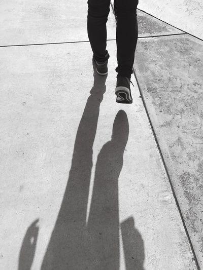 直線的な湾曲した心 Low Section Leisure Activity Human Leg Shadow Real People Lifestyles Human Body Part Sunlight Day Men One Person Outdoors Standing Women People Adult Adults Only