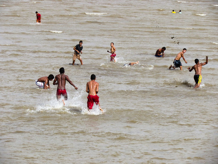 brincando de guerra de areia as margens do. Rio Amazonas Fun Diversão