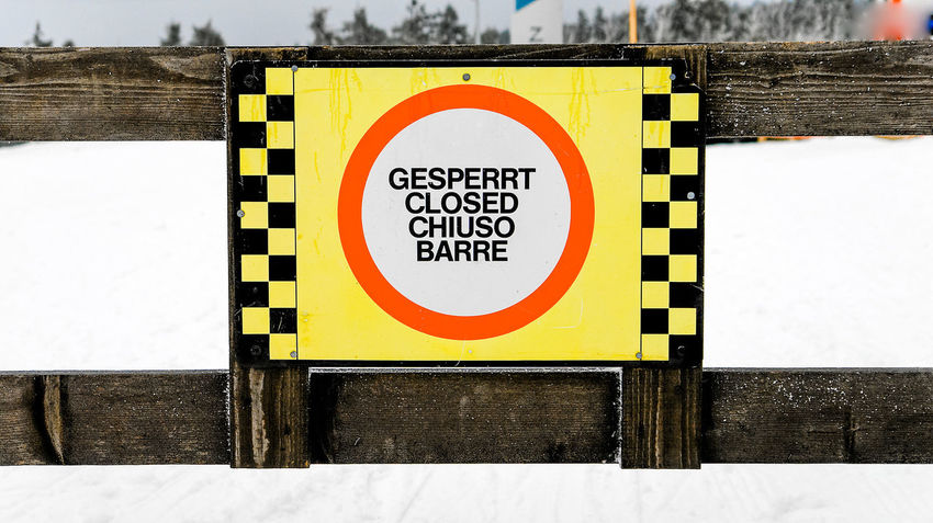 Chiuso Gesperrt Sign Barring Blocked Blocking  Close-up Closed Day No People Outdoors Safety Sperrschild Yellow Barre