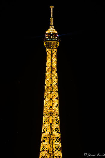 Tour Eiffel - Guitare du ciel. (Vicente HuidobroTour Eiffel (1918) de Vicente Huidobro) ---- Eiffel Tower - Guitar of the sky. (Vicente HuidobroTour Eiffel (1918) by Vicente Huidobro) HUAWEI Photo Award: After Dark
