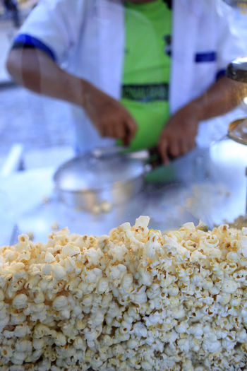 People Real People Men Food Popcorn Day Food And Drink Pipoca Indoors  Freshness Close-up Occupation One Person Human Hand Pipoqueiro Comida De Rua Midsection Hand Indoors  Container Preparation  Preparing Food Focus On Foreground Selective Focus Holding Kitchen Chef Snack