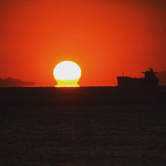 『ダルマの夕日』明石海峡大橋にて。大阪、兵庫県、神戸、橋、夕日、sunset、海、船 Sunrise Don't Jump Enjoying Life Hanging Out Taking Photos Relaxing Hi! Sunset Swimming Enjoying The Sun