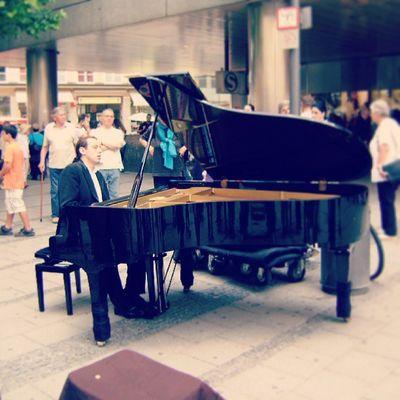 Deutschland Munich Marien Plazt klavier liebe das klavier schwarz menschen black people instagram instagood instamood instalove love city