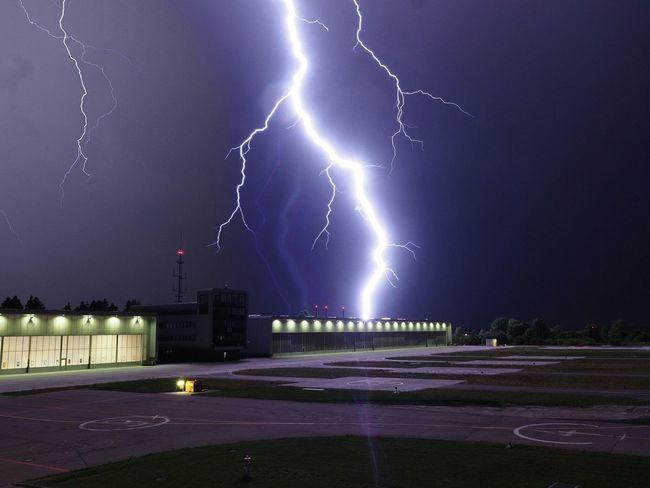 .... zur richtigen zeit am richtigen ort .... Lightning Lightning Storm Thunderstorm Clouds Clouds And Sky Heliport Night Lights Night Nightphotography Olympus OM-D EM-1