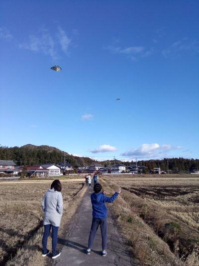 凧揚げヘルプ中なり。 凧揚げ 正月
