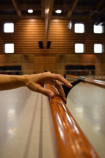 Ballet Barra Barrel Close-up Day Espejo Factory Human Body Part Human Hand Illuminated Indoors  Mano Men Musical Instrument Occupation One Person People Pool Cue Real People Sala De Ensayo Skill