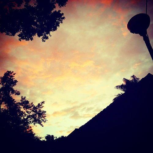 Senja pun mengingatkan bahwa kita harus selalu ingat kepada-Nya Shalatmaghrib
