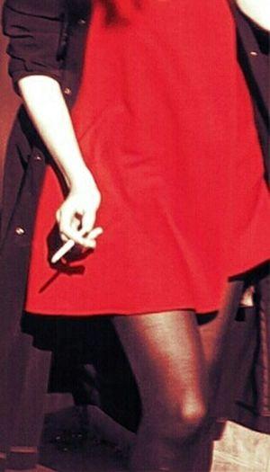 Et quand vient le soir, pour qu'un ciel flambloie , le rouge et le noir ne s'épousent il pas...J.Brel Taking Photos Red Rose Hanging Out Eyemphotography Eye4enchanting Woman Portrait Streetfairy