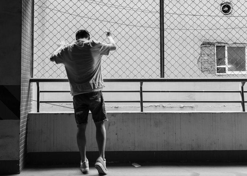"""""""越狱"""" Rear View Full Length One Person Real People Leisure Activity Lifestyles Wall - Building Feature"""
