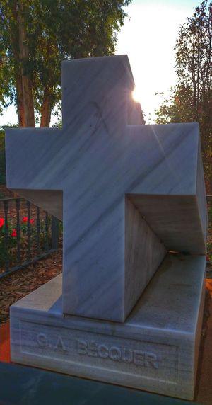 """""""Una piedra blanca y una cruz con mi nombre serían todo el monumento."""" Sevilla Guadalquivir Bécquer Cenotafio"""
