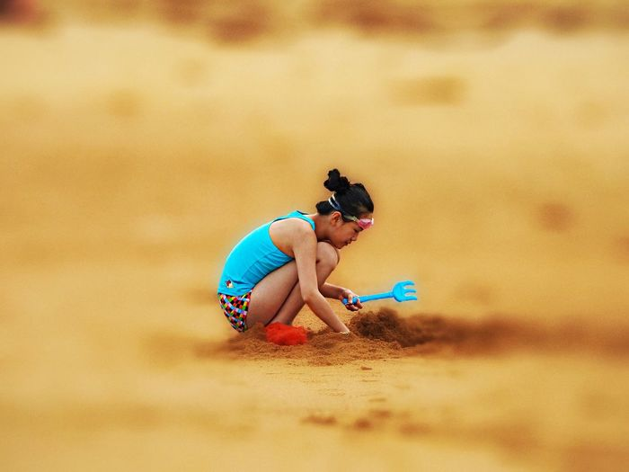 EyeEm Nature Lover Tadaa Community Peoplephotography Seaside Chinese Girl Playing Sand 山水之于名画 鸟语之于繁花 香车之于美女 小孩之于泥沙