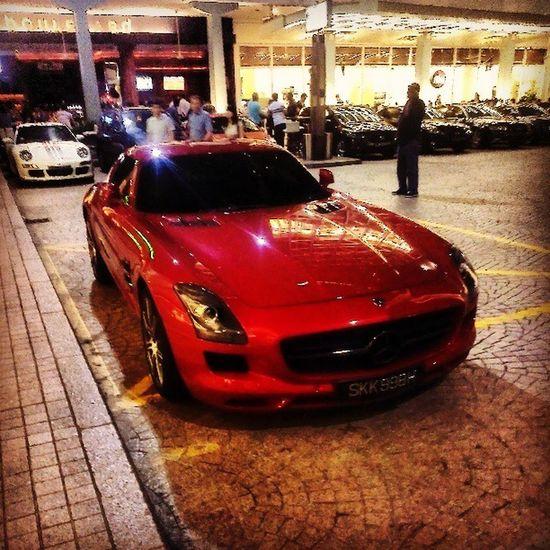 Benz Singaporeslinging Walkingaroundlookingatthings