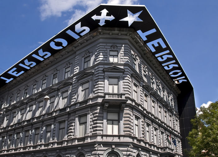 House of Terror museum is located in Budapest, Hungary. It features exhibits related to the fascist and communist regimes in Hungary in the 20th century. Budapest Communism History Museum  Hungary Memorial Torture Tourist Attraction  Architecture Building Exterior Built Structure Fascism House Of Terror International Landmark Local Landmark Museum No People Politics And Government Secret Police Terror Terror Museum
