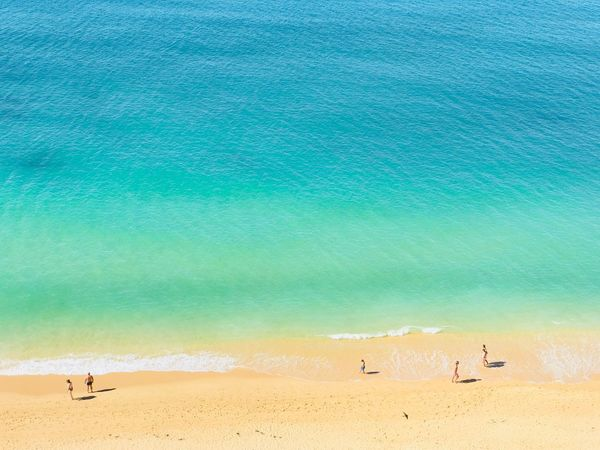 Urlaub, Ruhe, Lässigkeit, Baden, Strand, Meer, grün, blau, Sand, Portugal, Algarve Beach Land Water Sand Beauty In Nature Sea Nature Tranquility Tranquil Scene Group Of People Turquoise Colored Day
