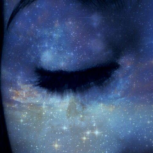 - Ela me olhou e disse: Não somos estrelas brilhantes. - Imediatamente eu lhe disse: Eu sei. Somos muito mais do que isso. Muito mais intensos. Um desejo carnal. Somos aquilo que ainda não há explicação. Brilhamos de uma forma mais forte. Nossa luz não se vê, se sente. - Pedro: Pequeno Sonhador. Vscocam Vscobrasil Pequenosonhador Star galaxy