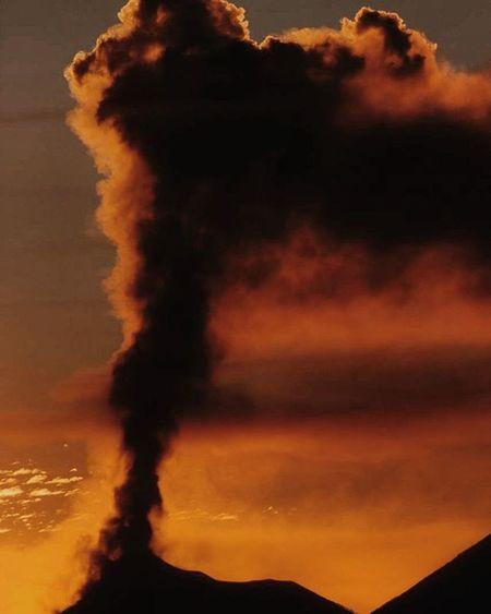 Hay fotos que simplemente no necesitan un pie de foto, ella sola se puede expresar. Atardecer con erupción. Hallazgosemanal Guatevision Prensalibre MiLugarFavoritoPL
