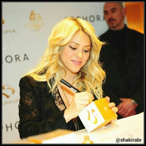 Durante uma sessão de autógrafos na perfumaria Sephora, em Paris (27/03/2013) Shakira during an autograph session in Sephora store in Paris (03/27/2013) Shakirabrasil Shakira Sbyshakira