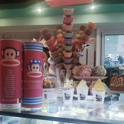 Found this fancy dessert bar in Nampo-dong. They have cronuts, conuts (whatever the hell those are), and organic frozen goods!
