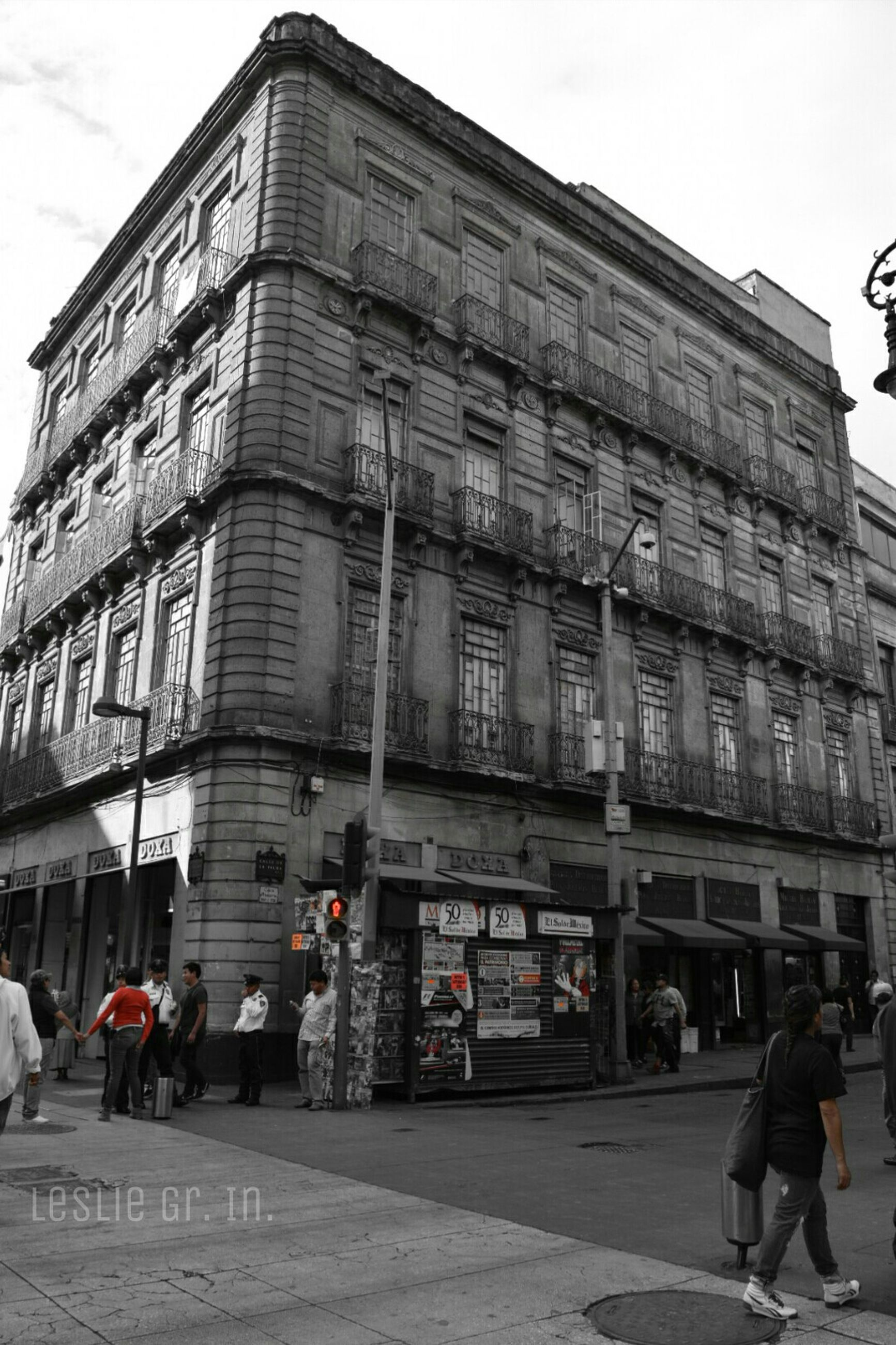 architecture, building exterior, built structure, men, city, street, person, city life, walking, building, lifestyles, sky, large group of people, transportation, day, incidental people, outdoors, road, city street