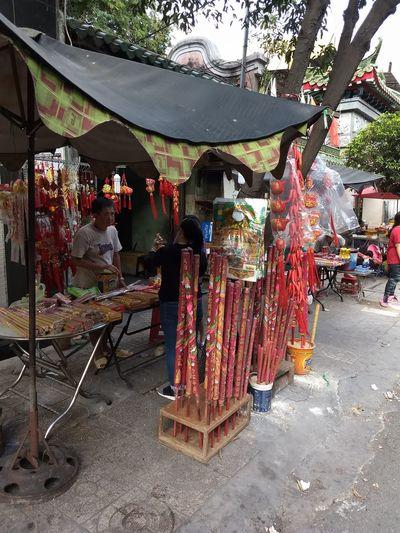 religious torches on sale... zeremonielle Neujahrsfackeln zum Verkauf am Straßenrand Torches