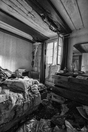 Durcheinander Verlassene Orte Vergessene Orte Zerfall Rottenplaces Rotten Schlafzimmer Beauty Of Decay Decay Lostplace Urbex_rebels Urbexphotography Urbex Abandoned House Abandoned Places Window Blackandwhite Blackandwhite Photography Tadaa Community Unordnung Bedroom Abandoned Indoors  Messy Dirty Damaged Home Interior Window Bad Condition
