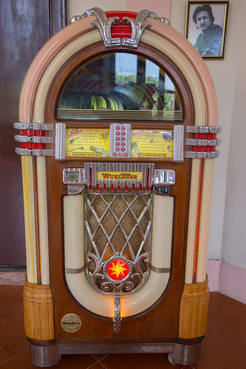 Old jukebox in a bar at Hotel Nacional in Vedado, Havana in front of a framed picture of Sean Penn. Bar Cuba Havana Hotel Nacional Jukebox Sean Penn Tourism Travel Destinations Vedado