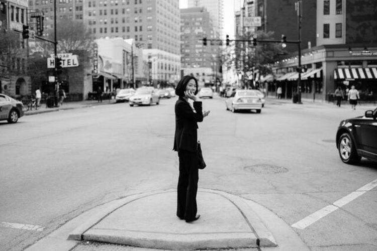 Chicago FUJIFILM X-T1 Fujifilm Crossroads Blacksuit Woman Women Of EyeEm Streetphotography Street Photography Streetphoto_bw Business WomeninBusiness