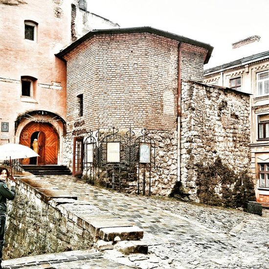 Одно затерявшееся фото со Львова👣🌂 Lviv львов львів Lvivblog Interestingplaces Lviving Lvivgram Lvivforyou архитектура Architecture Lvivarchitecture Details Детали деталі Bestshot Vcsocam Lvivdetails Ualviv Oldhouse Travelbook Misto_leva Printl_net арсенал зонт Umbrella arsenal музей museum брусчатка paving