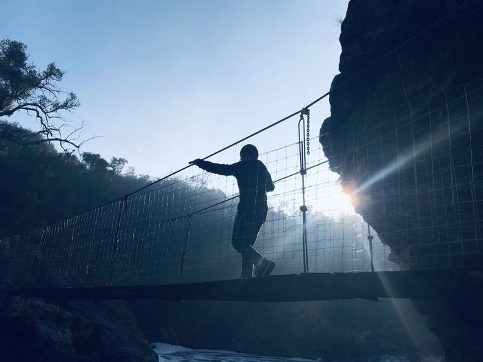 Tracking over rivers on suspension bridge