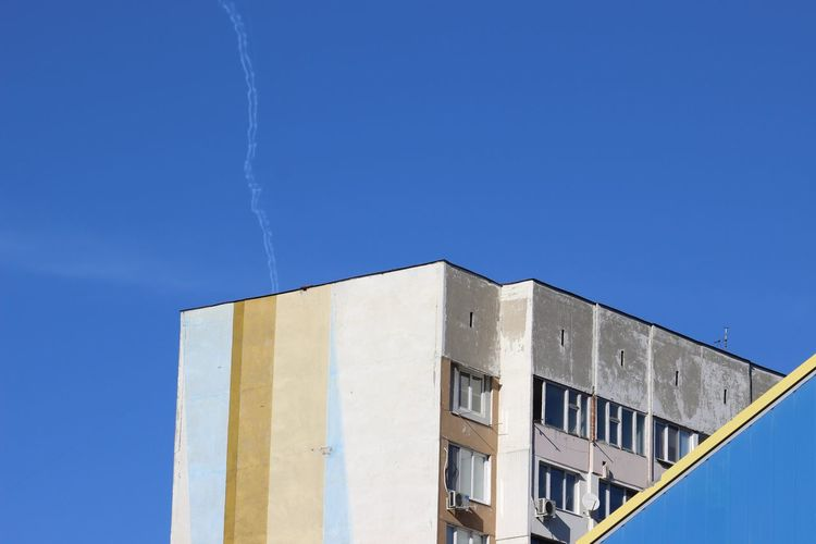 Blue Blue Sky Day No People Outdoors Plain Trails Residential Building Sky Windows Urban Part Of Old Sunlight Window Façade Clear Sky Architecture Building Exterior Built Structure