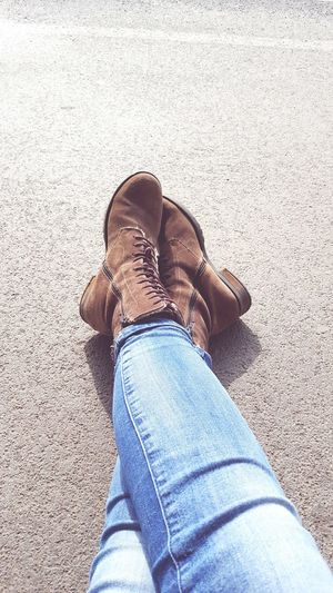 Warten auf den Zug Jeans Real People Human Leg Shoe One Person Outdoors Hanging Out Taking Photos