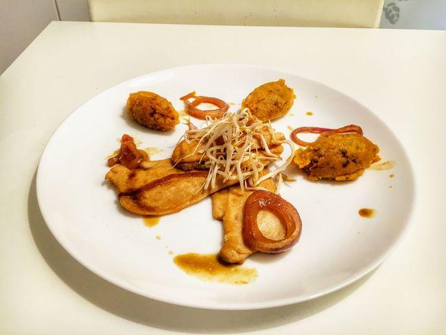Fettine di pollo alla birra rossa con quenelle di patate aromatizzate alla paprika . Food Cucina Esperimento Foodphotography