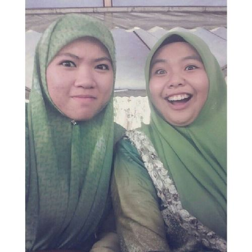 Omo. That face tho. -.- ignore my double chin. As you know, I'm fat. So, deal with it. Throwback CampakBalik Campakbelakang Terubek Cousin Wedding Green potd xoxo family elenasfamily
