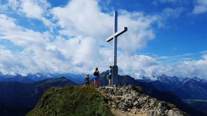 Urlaubserinnerung! 😎 Mountain Sky Cloud - Sky Mountain Peak Hiking Full Length On Top Of Allgäu Alps Beauty In Nature Hollidays Allgäuer Alpen Nature Sun Enjoying Life Hello World Gipfelkreuz