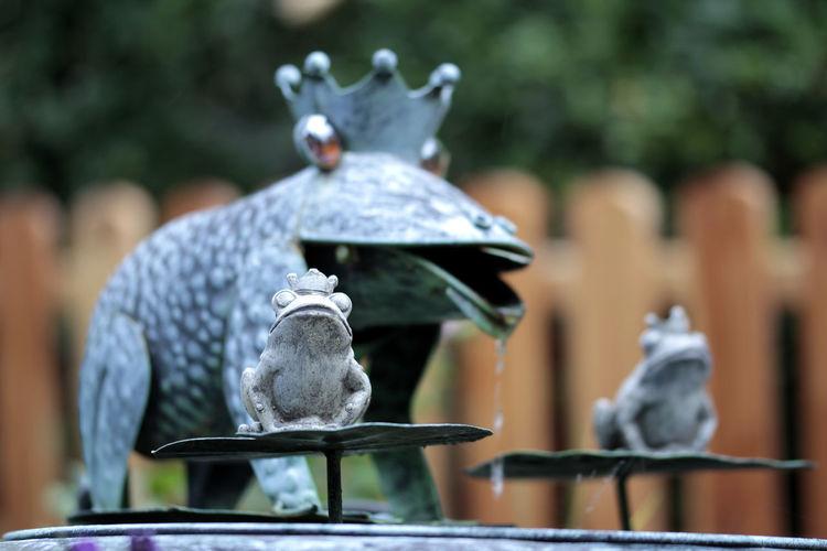 Fountain Frog Animal Wildlife Art And Craft Bird Close-up Creativity Day Focus On Foreground Frosch Froschkönig Metal No People Representation Sculpture Statue